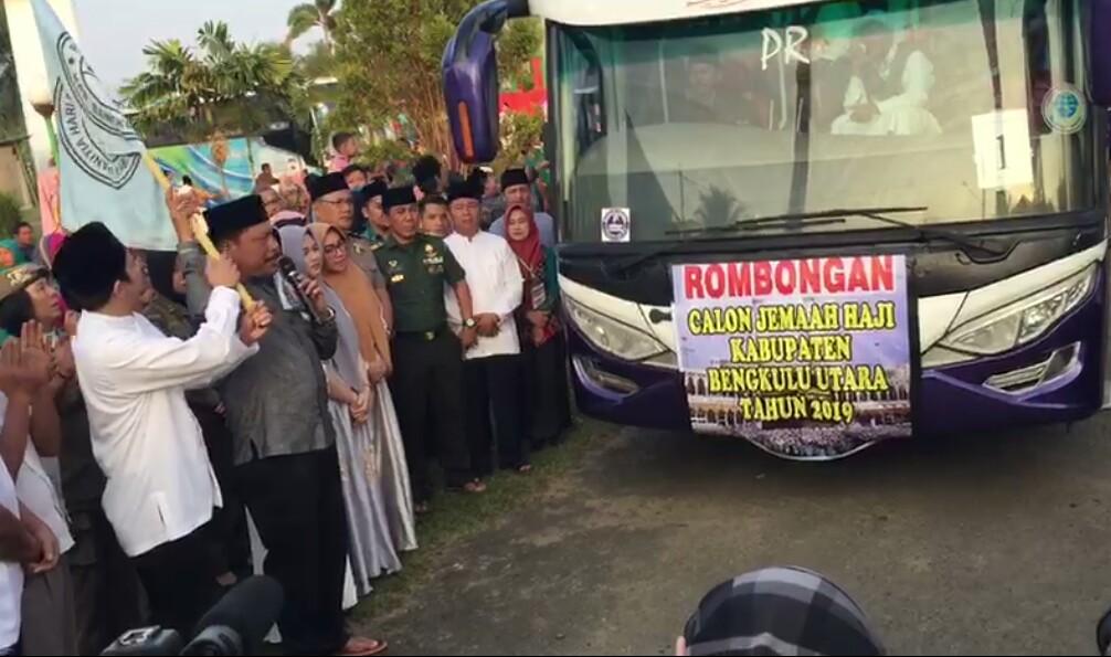 Secara simbolis Bupati dan Wakil Bupati BU melepaskan 239 CJH