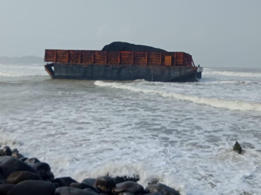 Tak Bertuan, Kapal Tongkang Karam Di Lepas Pantai Serangai