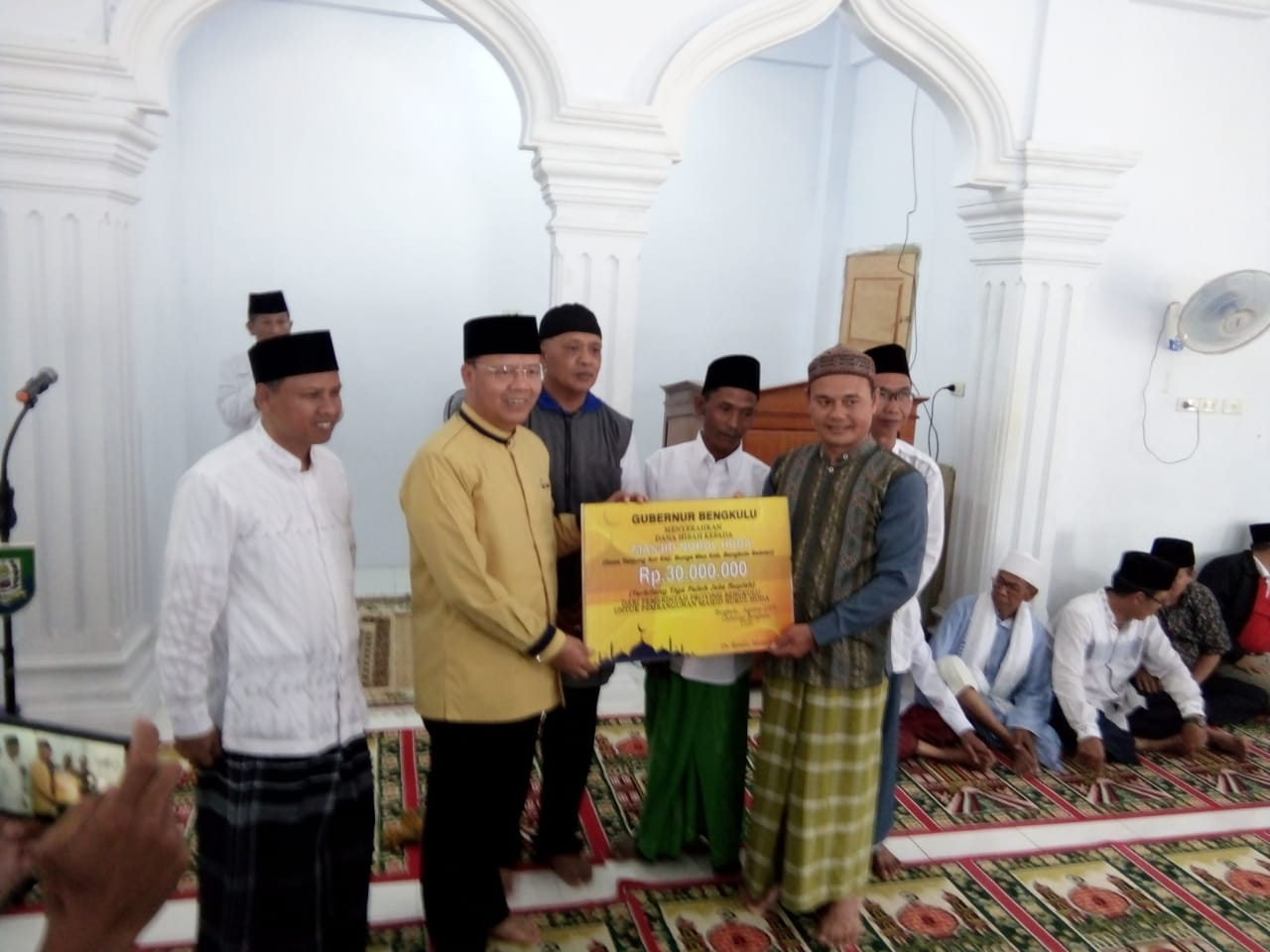 Sembari sholat jama'ah Gubernur Rohidin beri bantuan ke mesjid