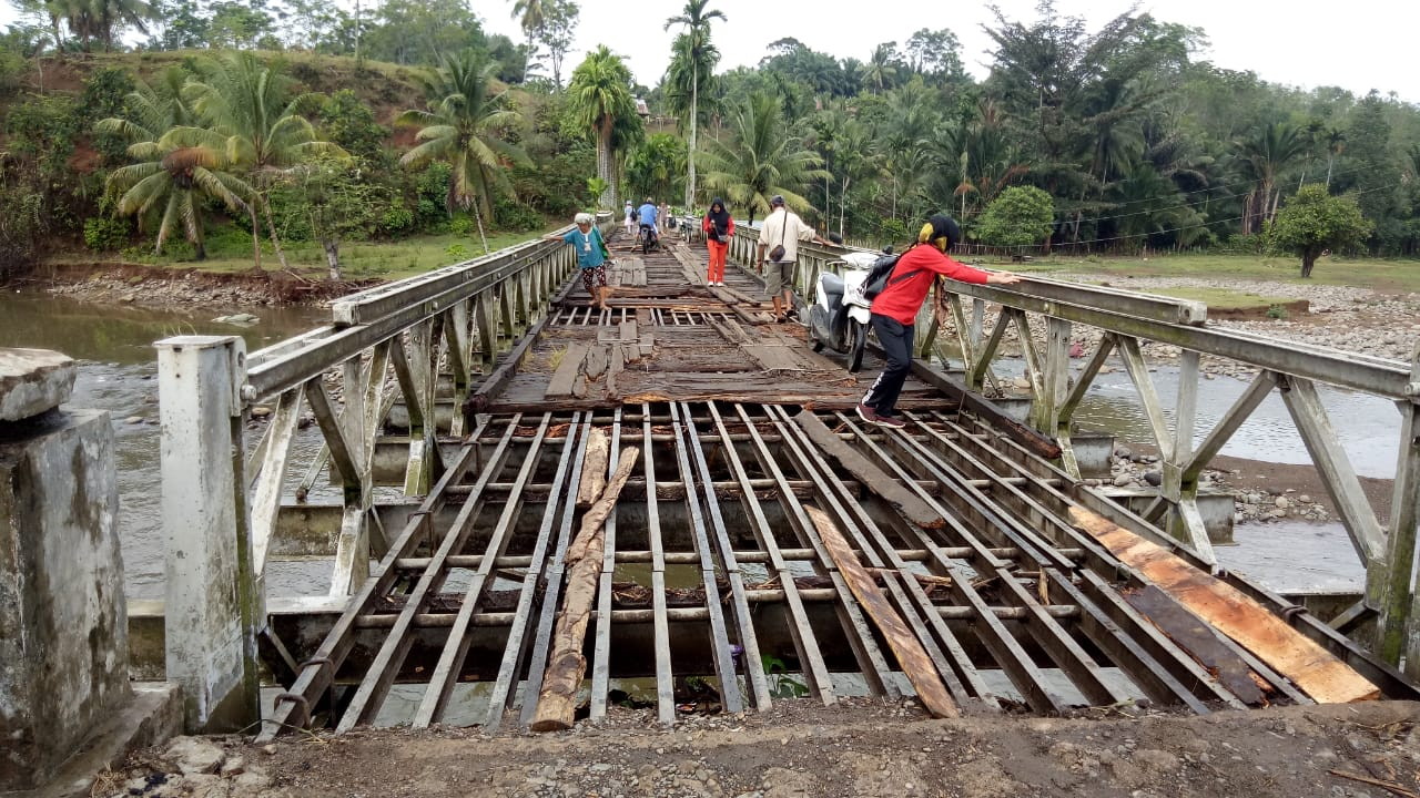 5 tahun tak tersentuh Pembangunan,Warga Gotong Royong perbaiki Jembatan