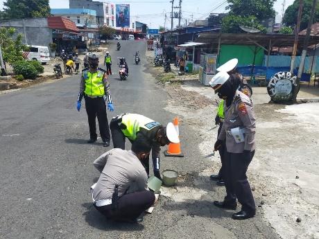 Satlantas Polres Bengkulu Utara Lakukan Tambal Sulam Dalam Kota Arga Makmur